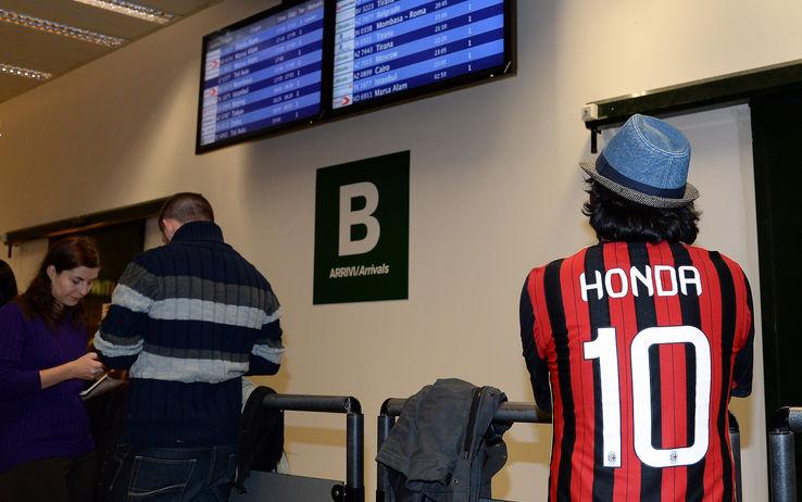 Tifoso giapponese fashion con la maglia del Milan