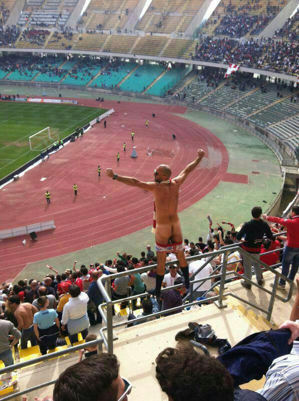 uomo nudo allo stadio