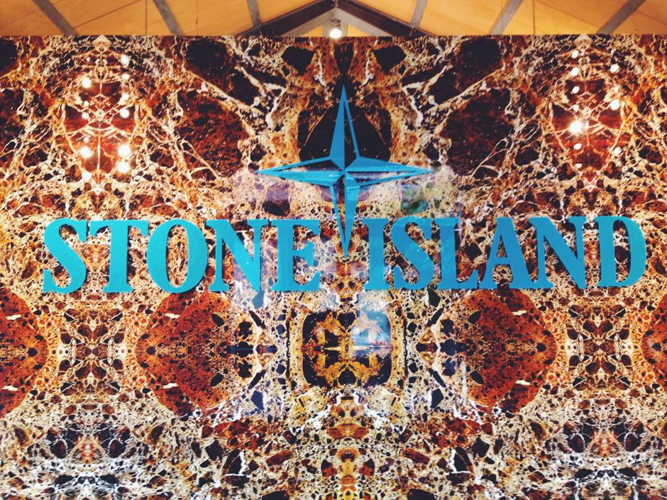 Ingresso dello showroom di Stone Island a Milano