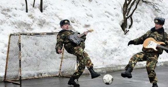 calcio ghiacciato russo con chitarre