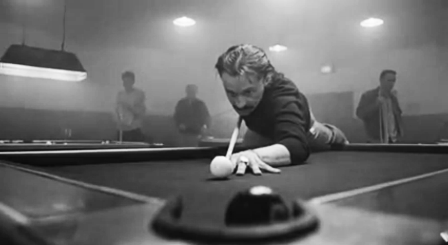 Francis Begbie gioca a biliardo