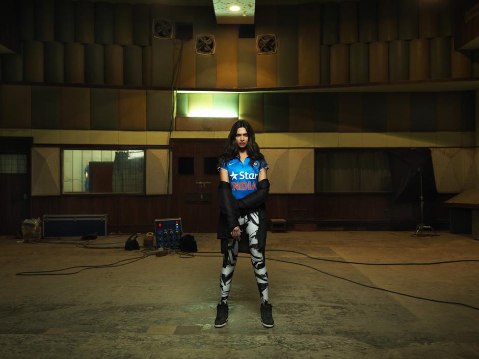 Deepika Padukone con la maglia della nazionale indiana di cricket