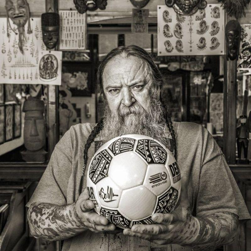 Il nuovo pallone della Eredivisie disegnato dal tatuatore Henk Schiffmacher