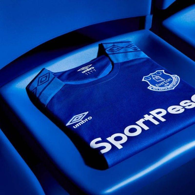 Il kit 2017/18 Umbro dell'Everton