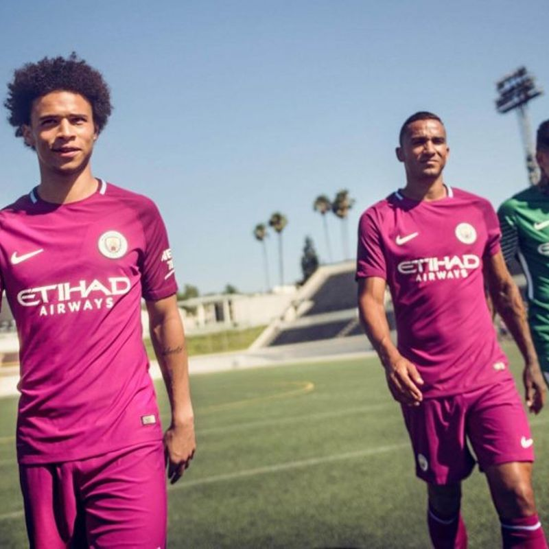 Il kit away Nike 2017/18 del Manchester City