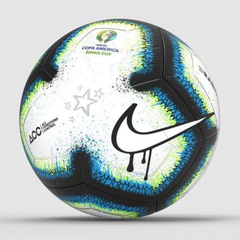 Il pallone della Copa América con i graffiti